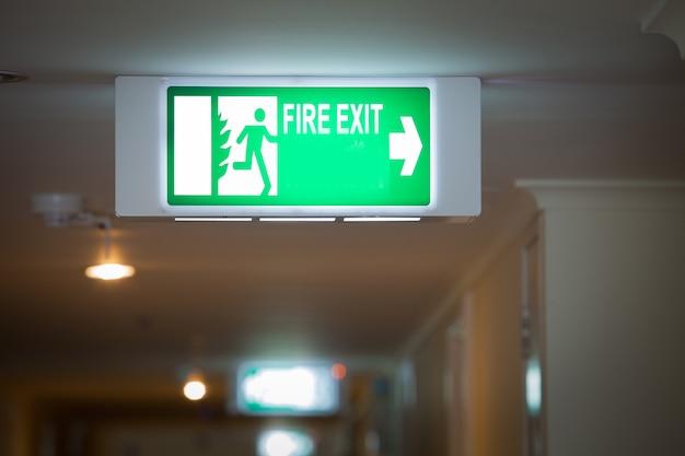 Знак пожарного выхода в квартире