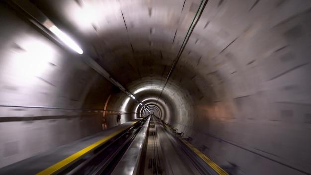 チューリッヒ空港の列車のトンネル、スピードとテクノロジーのコンセプト
