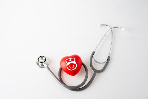 Значок сердца и стетоскоп, концепция медицины и здравоохранения