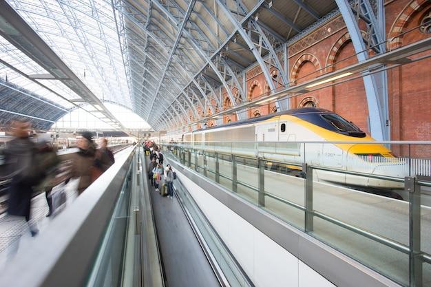 ロンドンの地下鉄駅ぼかし人の動きキングクロスセントパンクラスト