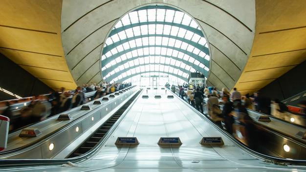 ラッシュアワーのロンドンのカナリーワーフ駅