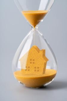 Песочные часы для бизнес-концепции и обмена валюты