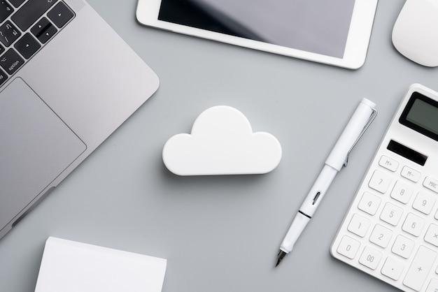 トップビューから机の上のグローバルビジネスコンセプトのクラウド技術アイコン