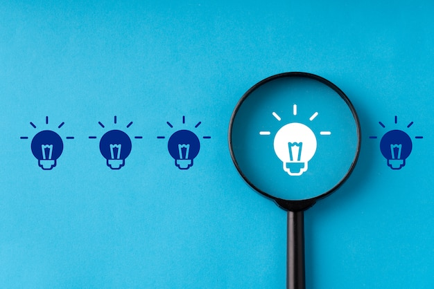 Бизнес и стратегия для креатива и идеи концепции с увеличительным стеклом