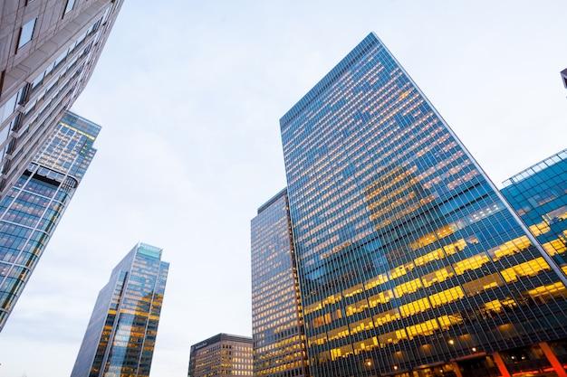 英国、ロンドン市の企業ビルの高層ビル営業所の窓