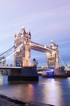 夜の夕暮れのタワーブリッジロンドン、イングランド、イギリス