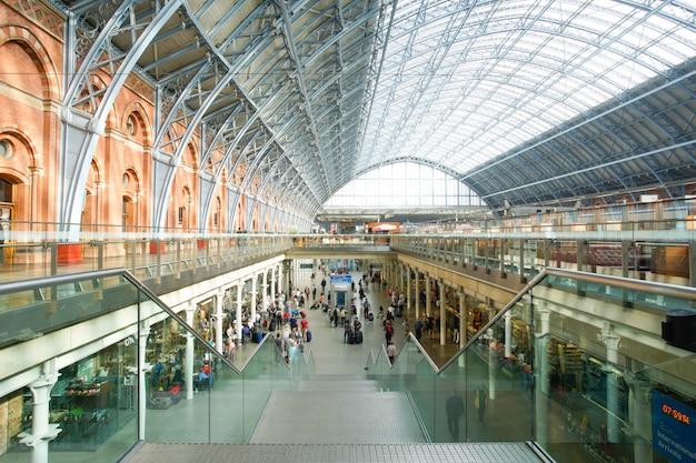 ロンドンのパンクラス駅国際鉄道駅、この駅はヨーロッパ諸国へのユーロスター列車の主要駅です。