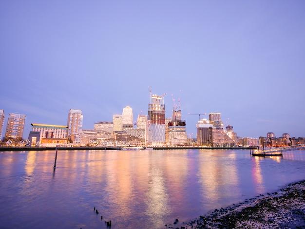 ロンドンのオフィスビルの超高層ビル、作業、会議