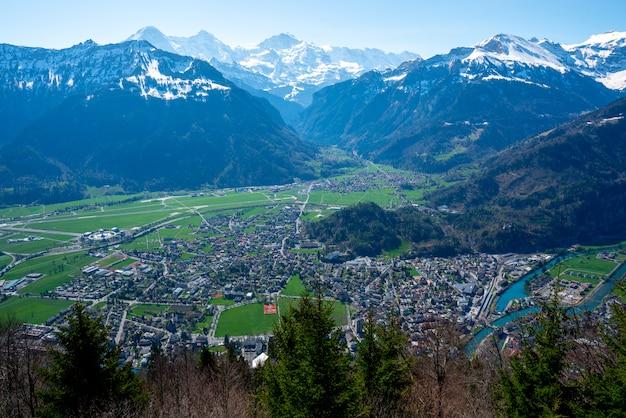 インターラーケン市とスイスのユングフラウ