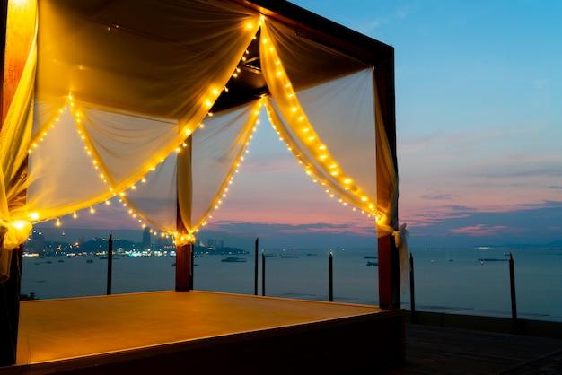 夕暮れ時のビーチのデイベッドテント