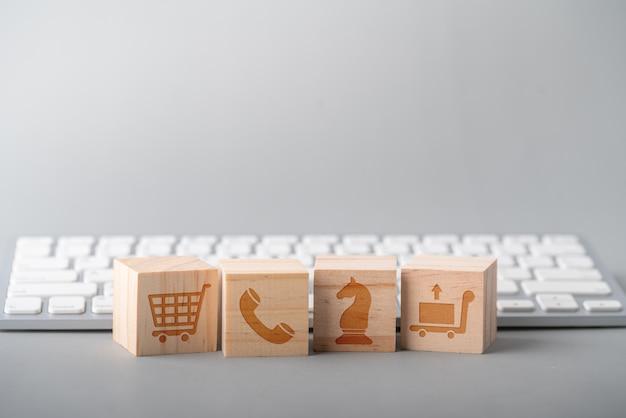 キューブ、コンピューターのキーボード上のビジネス、マーケティング&オンラインショッピング戦略コンセプトアイコン