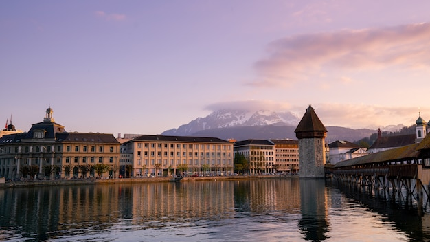 Часовенный мост и город люцерн, швейцария