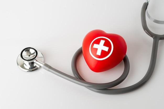 ハートのアイコンと聴診器、医療&健康管理の概念