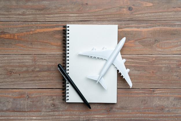 荷物と飛行機でトップビューから旅行の概念