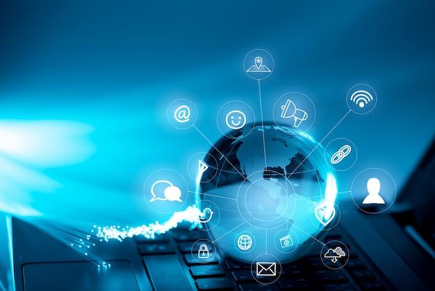 コンピューターのキーボード上のグローバルテクノロジーとネットワークアイコン