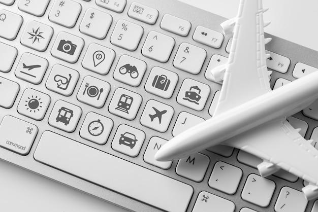 オンライン予約コンセプトのコンピューターのキーボード上のアイコンを旅行します。