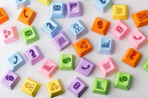 カラフルなコンピューターのキーボード上のビジネス、マーケティング&オンラインショッピング戦略コンセプトアイコン