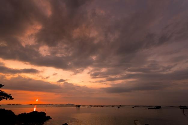 夏のビーチで夕焼け空の背景