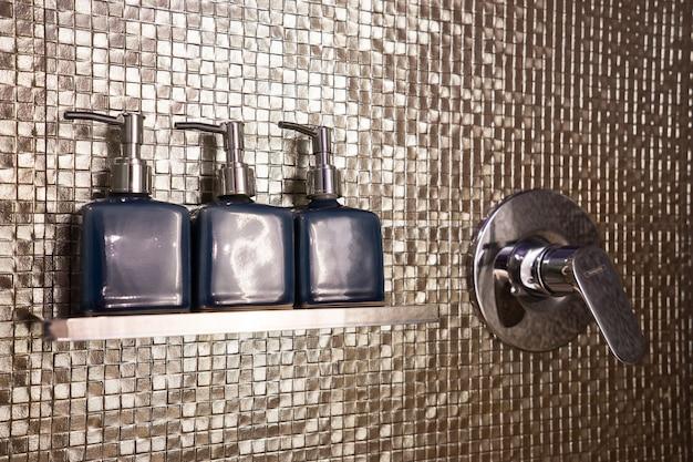 バスルームに石鹸とシャンプーのセット