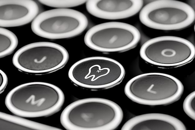 Медицинский значок на клавиатуре в стиле ретро и винтаж