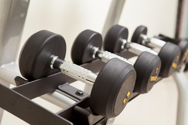 ウエイトトレーニングと健康概念のダンベル