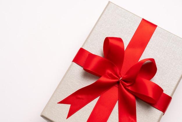 新年とお祝いの概念のギフトボックス