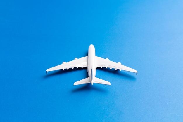 オンラインチケットと観光用の飛行機モデル