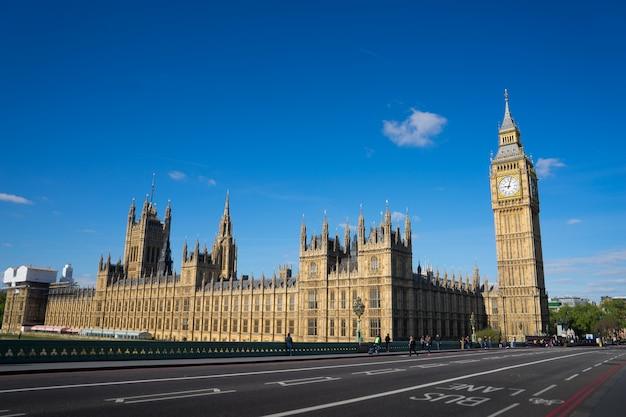 晴れた日に、ロンドン、イングランド、イギリスのウェストミンスター宮殿ビッグベン