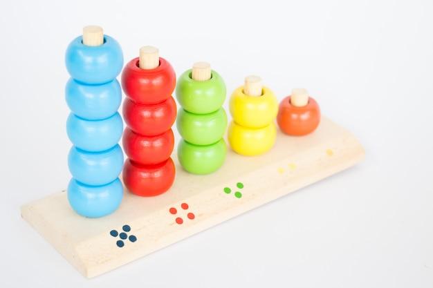 白いテーブルにカラフルなバックギャモンの木製のおもちゃ