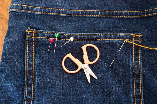 ジーンズを通した糸の針