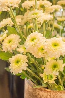 白い花は、コーヒーショップのヴィンテージ色で表示