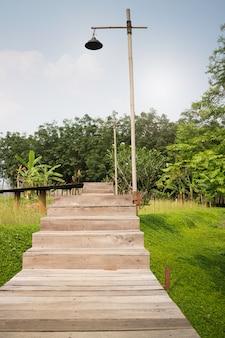 トロピカルガーデンへの木製の通路