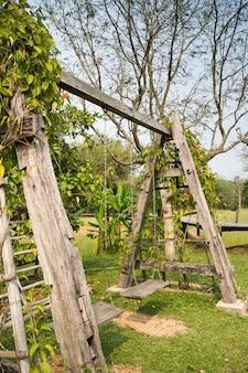 野外での木製のスイング