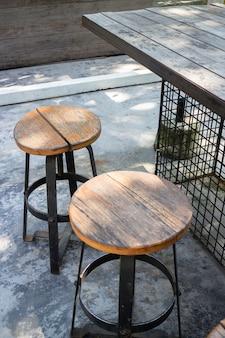 夏の庭の木製の屋外席