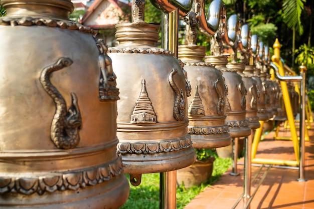 タイの公共寺院で多くの鐘を吊るしました