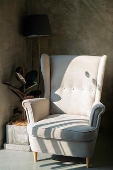 シンプルな家具セットで飾る最小限のカフェ