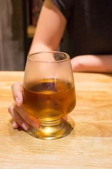 バーでアルコール飲料を飲む女性