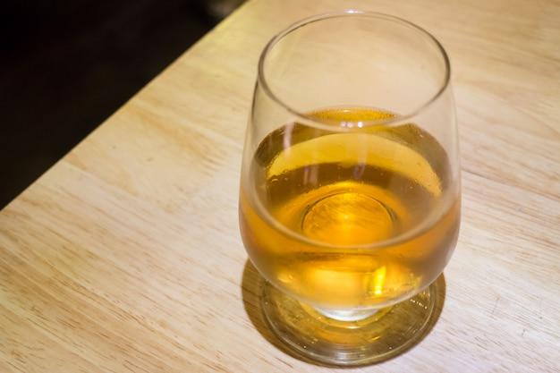 アルコール飲料の冷たいガラス
