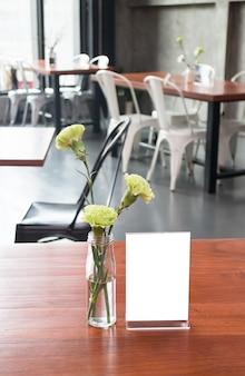 バーレストランカフェのテーブルにフレームをモックアップ