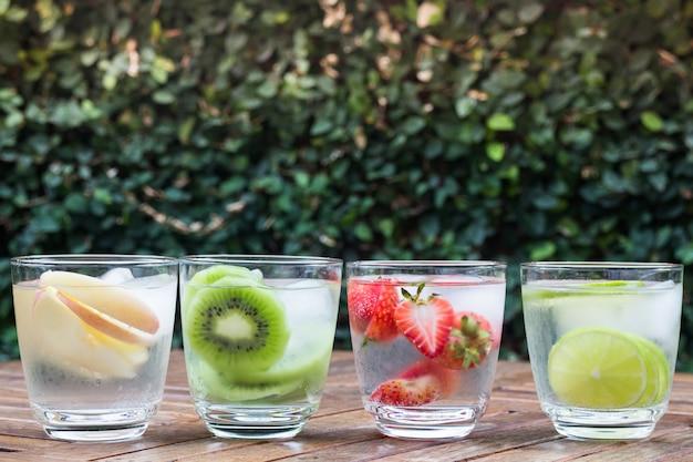 様々なフルーツが凍った水を注入