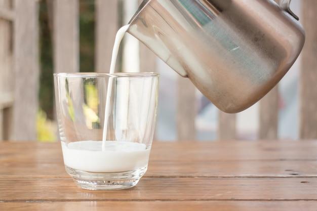 投手のミルクをガラスに注ぐ