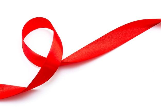 Красная вьющаяся лента, лента, вид сверху на белом фоне