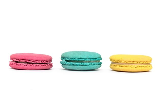 ケーキマカロンまたはマカロンまたは白いトップビューに分離されたフランスのマカロン