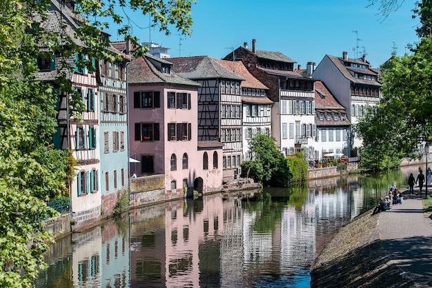 ストラスブールプチフランス、川、観光客。ラプティットフランスは街の歴史的な地区です