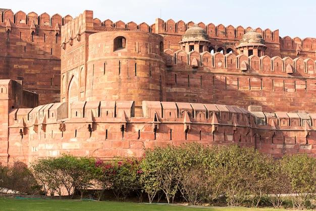 アグラ、インドの赤いアーグラ城塞の壁