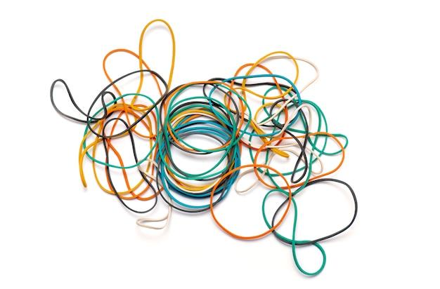 Резинки или резиновые ленты для денег изолированные