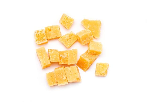 パルメザンチーズ、白で隔離パルメザンチーズの部分