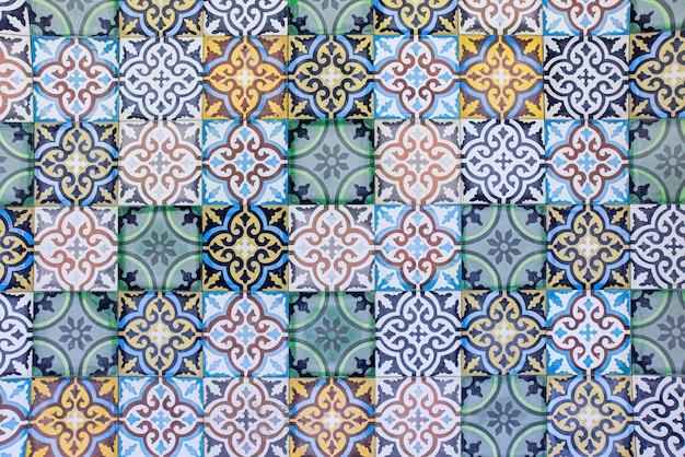 伝統的なアラビア語のセラミックタイルパターンの背景を持つモロッコタイル