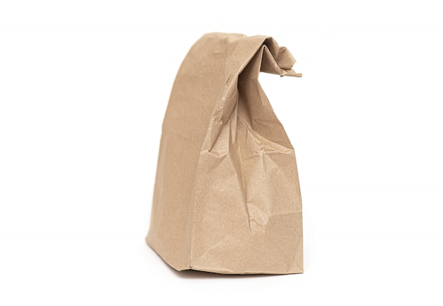 Мятый бумажный пакет или сумка для ланча изолированы