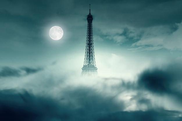 Ночь с луной и эйфелевой башней в париже